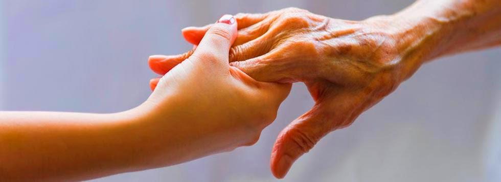 mãos neta e vó